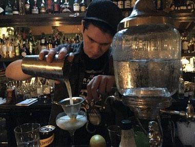 Pano pouring a La Fée cocktail